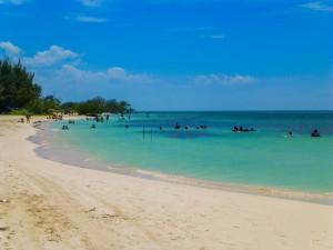 Kubaner gruppenweise im Meer Cayo Jutias