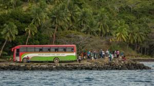 Gäste vom Bus warten auf Fähre